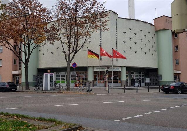 Almanya'nın Baden-Württemberg eyaletindeki Mannheim şehrinde bir camiye hem İslam'a ve Müslümanlara yönelik hakaretler içeren ifadelerin yer aldığı mektup gönderildi hem de elektronik posta yoluyla bomba ihbarı yapıldı.
