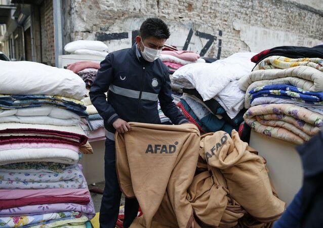 Konak Belediyesi zabıta ekipleri, depremzedeler için Bayraklı'ya getirilen battaniyelerin işportada satıldığı ihbarı üzerine operasyon gerçekleştirerek üzerinde AFAD etiketi olanbattaniyelere el koydu.