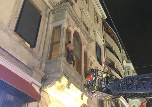 Taksim'de bir pasajın ikinci katına çıkan şahıs elindeki jiletle intihara kalkıştı