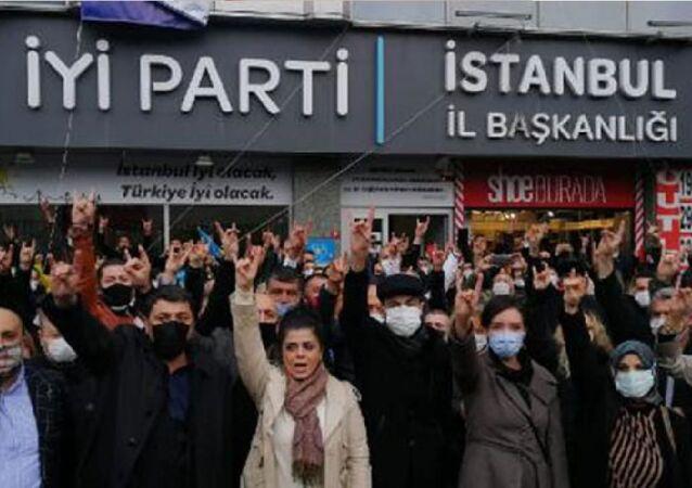 İYİ Parti üyesi bir grup eylem yaparak İstanbul İl Başkanı'nın istifasını istedi