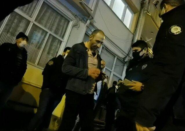 Bursa'nın İnegöl ilçesinde yanan evini endişe içinde izleyen kişiye maske ihlali cezası uygulandı.