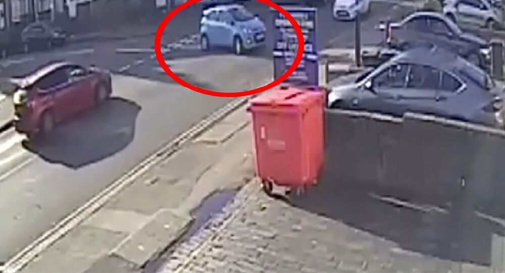 İngiltere'de 70 yaşındaki bir sürücü, bir dakikada 6 kez kaza yaptı. Dönüş yaptığı sırada çöp kutusuna çarpan sürücü, aracın kontrolünü kaybederek trafikteki ve park halindeki araçlara, son olarak da duvara çarptı.