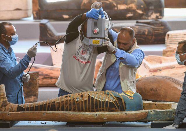 Mısır'ın  en eski antik başkenti Memphis'in Sakkara nekropolünde bulunan 2500 yıldan daha eski 100'den fazla lahitten çıkan mumyayı röntgen cihazıyla inceleyen arkeologlar