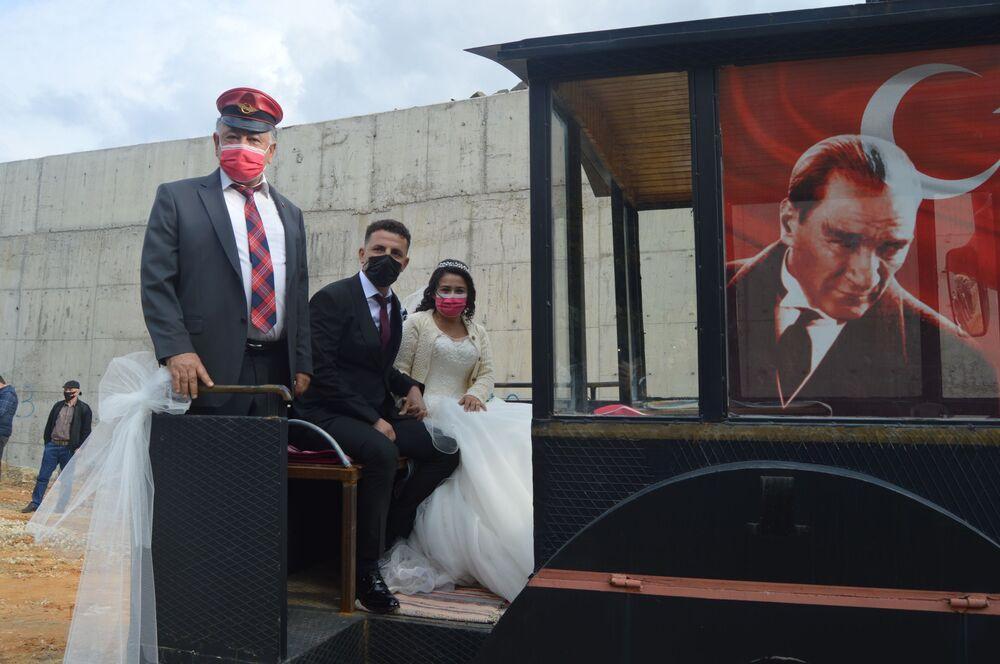 Bayraklarla ve tüllerle itina ile süslenen kara tren görünümlü traktör, köyde yaşayan vatandaşlar gibi nikah törenine katılan davetlilerin de ilgisini çekti. Aracı gören vatandaşlar büyük şaşkınlık yaşarken, bazı kişiler aracı dikkatle inceleyip fotoğraflarını çekti.