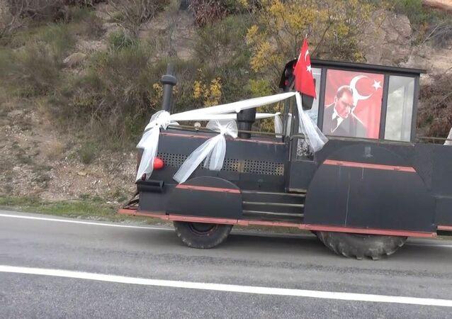 """Kara tren görünümlü traktörün gelin aracı olmasının kendileri için güzel bir anı olarak kalacağını söyleyen damat Bahri Özalp, """"Güzel oldu. Böyle sıkıntılı bir dönemde değişiklik oldu ve güzel oldu bizim için. Tamamen bizim Sefer ağabeyin muhtarın fikriydi. O getirdi buraya. Onun sayesinde böyle bir olay gerçekleşti. Bizim için güzel bir anı olacak"""" dedi. İlk başta herkesin güleceği düşüncesiyle böyle bir şeyi istemediğini dile getiren gelin Selda Ural ise, İlk başta herkes güler diye istemedim ama sonra güzel oldu böyle ifadelerini kullandı."""