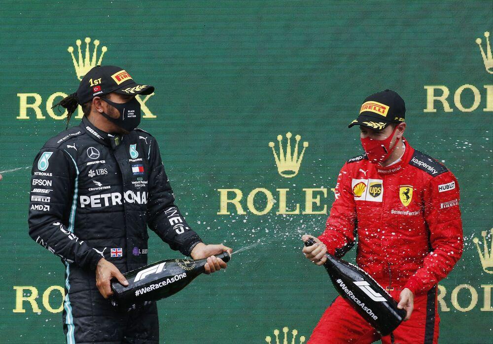 Mercedes, üst üste 7. takımlar şampiyonluğunu kazanarak Ferrari ile paylaştığı rekoru da tek başına ele geçirdi. İtalyan üretici Ferrari, 1999'dan 2004'e kadar 6 yıl boyunca takımlar klasmanının zirvesinde yer almıştı. Otomobil sporlarının zirvesi Formula 1'e 2014 sezonundan itibaren damga vuran Mercedes'in rakiplerine ne kadar büyük üstünlük kurduğunu anlamak için Ferrari'nin 1999-2004, McLaren'in 1988-1991 ve Red Bull'un 2010-2013 dönemleriyle kıyaslamakta fayda var.