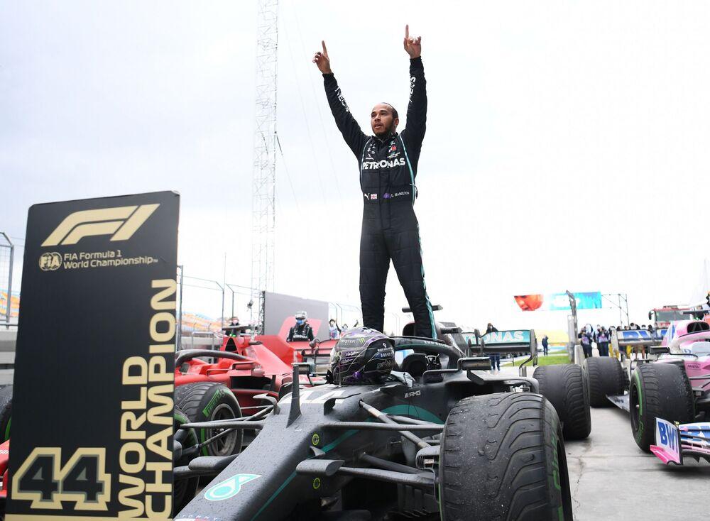 Hamilton'ın, Ferrari ile 11 sezonda 72 birincilik elde eden Schumacher'in 'bir takımda en fazla yarış kazanan pilot' rekorunu kırması 8 yıl sürdü. Sezon öncesi F1 kariyerinde 84 yarış birinciliği bulunan Mercedes sürücüsü Hamilton, Portekiz Grand Prix'sindeki zaferiyle Schumacher'in 91 galibiyetlik rekorunu kırdı. En fazla F1 yarışı kazanan pilotlar sıralamasında Hamilton ve Schumacher'in ardından Vettel (53), Alain Prost (51) ve Ayrton Senna (41) geliyor. Bitime 3 yarış kala galibiyet hanesinde 94 yazan Büyük Britanyalı pilotun, kuralların değişmeyeceği 2021'de de Mercedes'te kalacağı varsayılırsa rekoru geliştirmesi sürpriz olmaz.