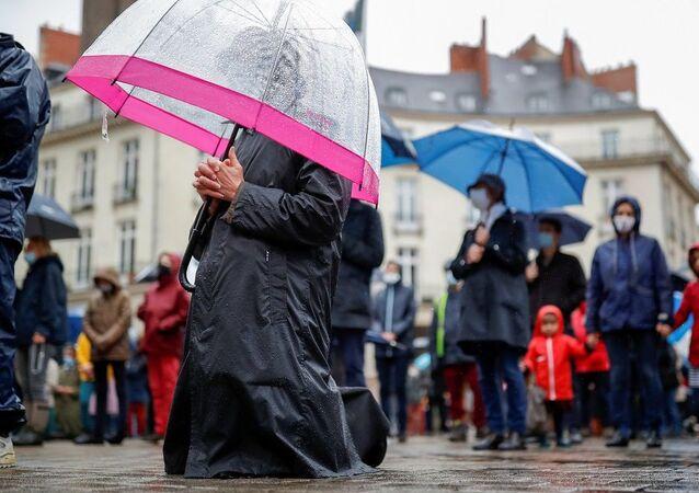 Fransa'da Katolikler Kovid-19 yasaklarını ayin yaparak protesto etti