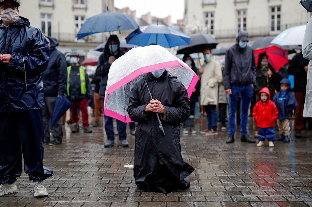 Cumartesi günü ise 250 kişilik bir grup Rennes katedralinin önünde toplanıp dua etti. Benzer protestolar, kuzeydoğu kenti Strasbourg ve batı kenti Nantes'te de düzenlendi. Çoğu protestocunun maske takması dikkat çekti.