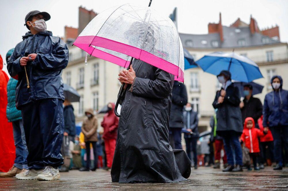 Başkent Paris'te ise Saint-Sulpice kilisesinin dışında toplanılmasına izin verilmedi. Gerekçe olarak da koronavirüs salgını ve  küçük çaplı bir ayinin ardından halkın sokakta dua etme girişiminde bulunmasından korkulması gösterildi.