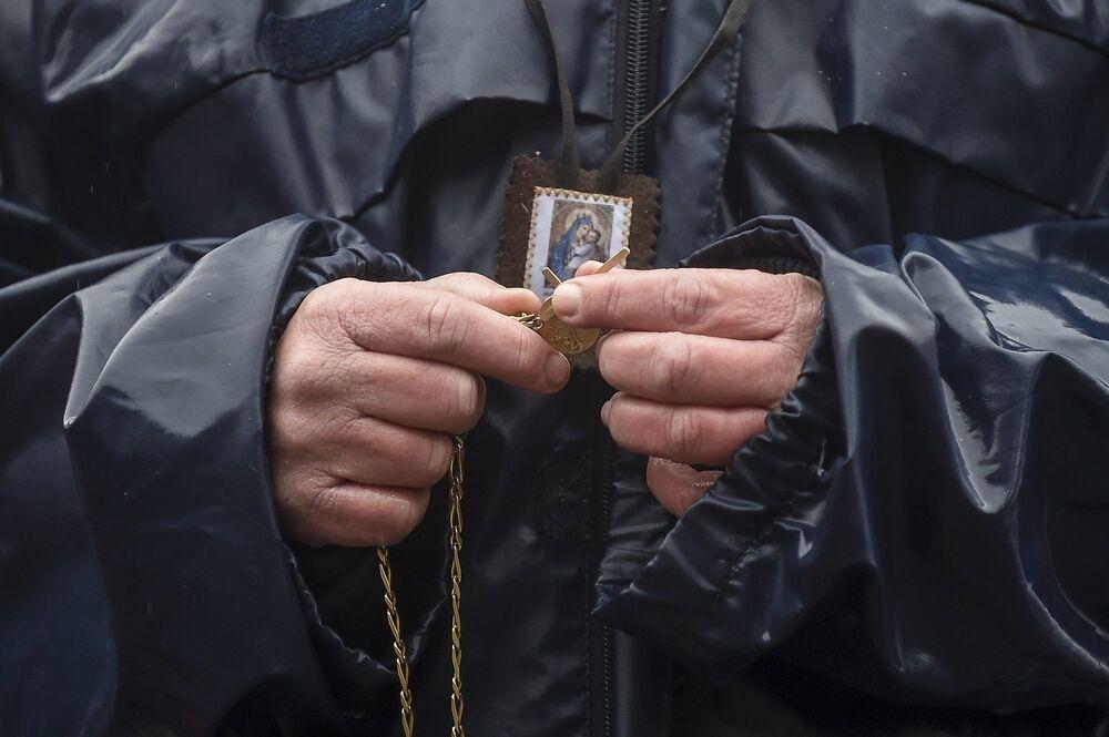 Güneybatısında yer alan Bordeaux şehrinde, 300 kişilik kalabalık kilisenin dışına toplanıp kitlesel ayinlere izin verilmesi talebinde bulundu.