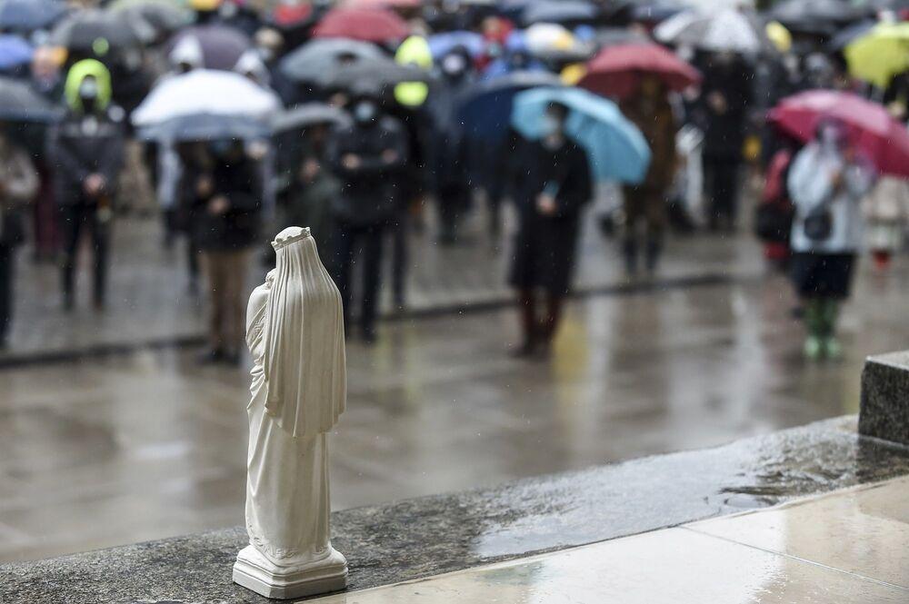 Fransa'da bir ay sürmesi planlanan kısmi karantina çerçevesinde kiliselerde kalabalık ayinlerin yasaklanmasını protesto eden Fransız Katolikler, hafta sonu boyunca birçok kentte sokaklarda ibadet etti.
