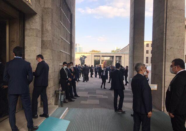 HDP'li vekil Meclis'te bütçe görüşmeleri sırasında testinin pozitif çıktığını öğrendi, toplantıya ara verildi