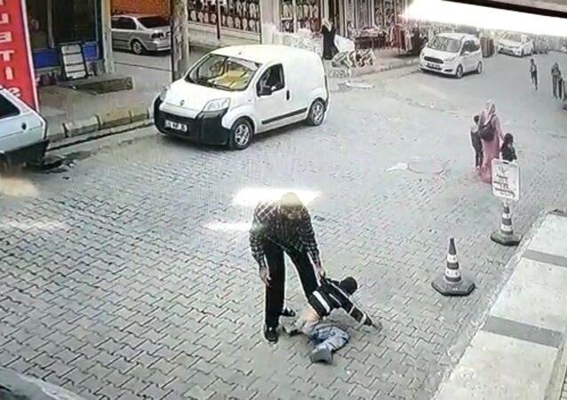 Şanlıurfa'da çocuğa sokak ortasında uygulanan şiddet kameralara yansıdı. Çocuğu kaldırıp vahşice yere vuran şahıs polis tarafından gözaltına alındı.