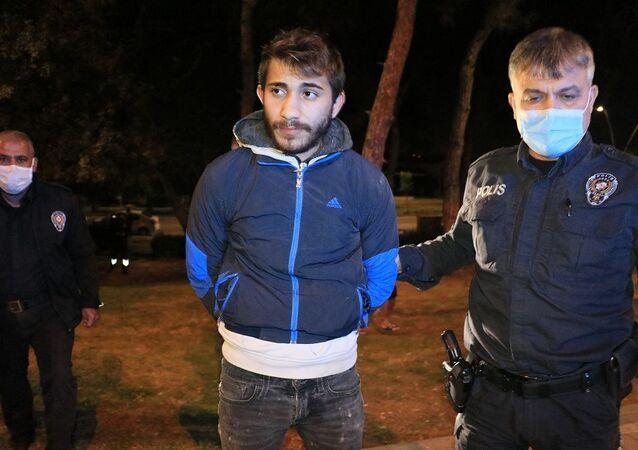 Maske takmaları için uyardığı şahıslar taşla polise saldırdı
