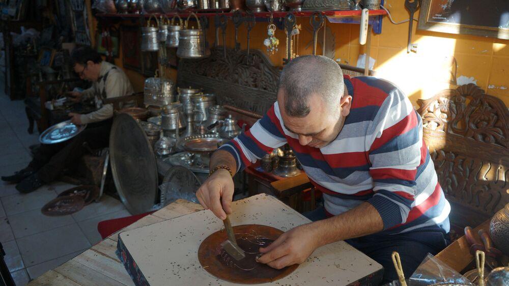 """Mesleğin giderek zorlaştığını ifade eden Hasan Usta şunları söyledi: """"Şimdi bu meslek çok zor fabrikalar çıkınca ve çok isteyeni olmayınca tabi ki terk edilir. Şimdi yaptıklarımız hep süs olarak kullanılıyor. Yemek de yapılır, sunulur, kahve ikram edilir tepsilerde. Şimdi fabrikasyon eşyalar çıkınca el sanatları geriledi. Mardin'de şu an ben ve kardeşlerim var. Onlar da çoğu çalışmıyor. Benden büyük kardeşim var, Mardin sabunu yapıyor ve halen devam ediyor. Ondan başka yapan da yok. Biz öldükten sonra kimse bunu devam ettirmeyecek. Bir oğlum var, hiç okumadı bu mesleği sevdiği için bunu seçti. Artık zor yetişiyor. Bu işi yapan yoktu biz canlandırdık. Çocuklarımla birlikte yapmaya başladık ve devam ediyoruz. Yapacak başka bir işimiz yok, belki olsa biz de terk ederdik ama biz buna bağlandık. Çocuklarımı bununla büyüttüm, okuttum."""""""