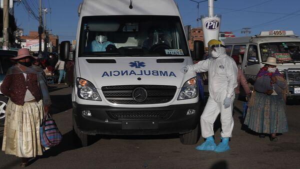 Bolivya'nın El Alto kentinde Kovid-19 hastalarını taşıyan ambulans çalışanları - Sputnik Türkiye