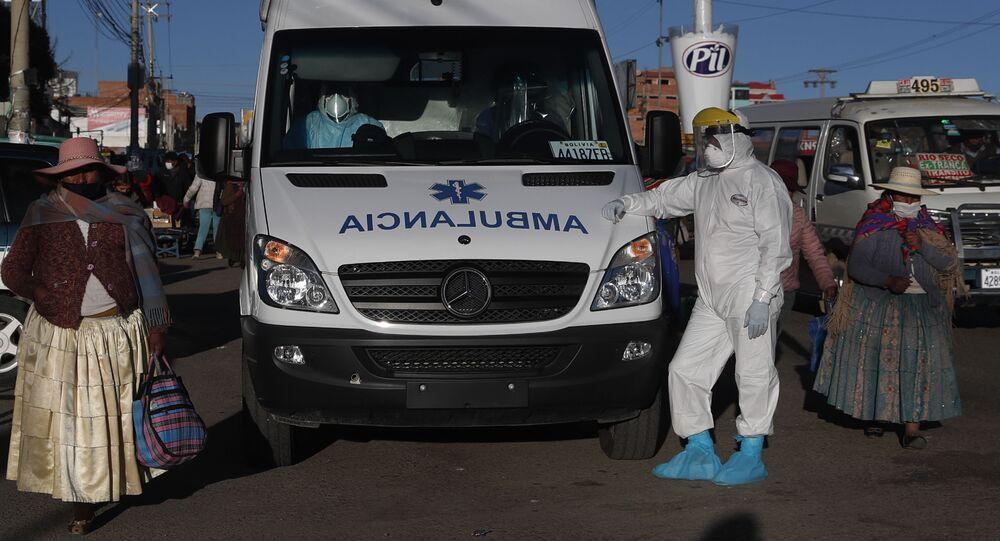 Bolivya'nın El Alto kentinde Kovid-19 hastalarını taşıyan ambulans çalışanları
