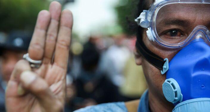 Monarşi karşıtı protestocular, Hollywood filmi 'The Hunger Games'nda (Açlık Oyunları) baskıya karşı direnişin sembolü olan üç parmak selamını kullanıyor.