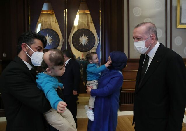 Cumhurbaşkanı Erdoğan, Dr. Owase Jeelani ameliyatla ayırdığı siyam ikizleri Derman ve Yiğit'i Külliye'de ağırladı
