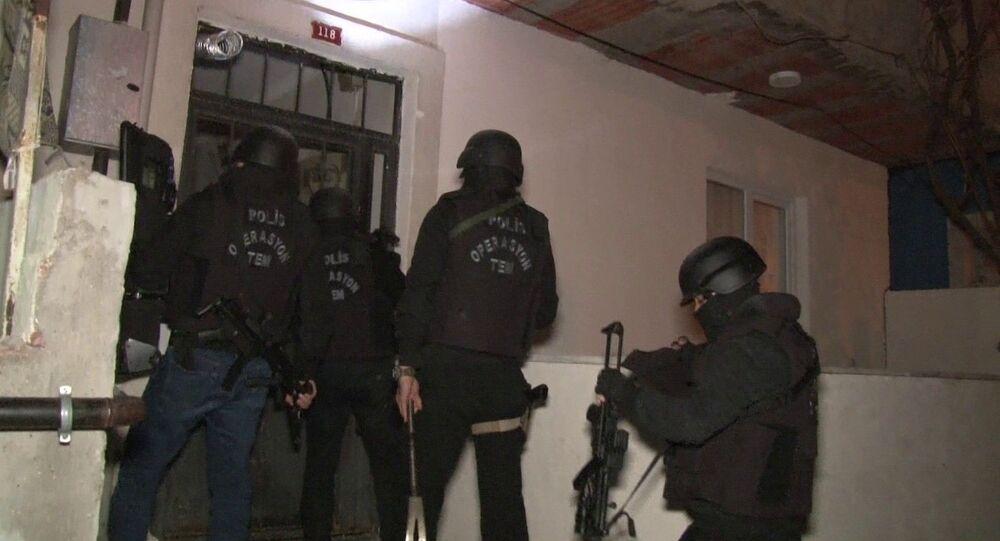 İstanbul'da Emniyet Müdürlüğü, Terörle Mücadele Şube Müdürlüğü'ne (TEM) bağlı polis ekipleri, Sultanbeyli ve Çekmeköy'de daha önceden belirlenen adreslere eş zamanlı operasyon düzenlendi. Operasyon kapsamında girilen adreslerde arama yapan polis ekipleri 8 kişiyi gözaltına aldı.