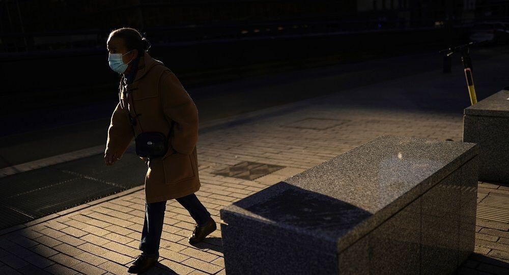 Koronavirüs, yürüyen kadın, açık alan