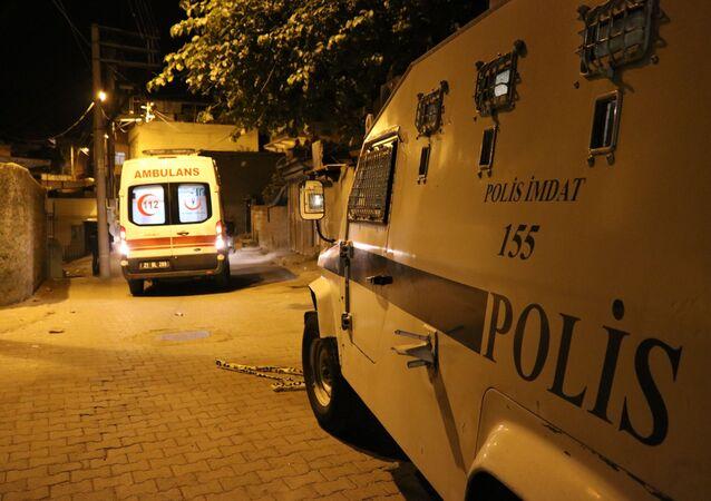 Diyarbakır'ın Yenişehir ilçesinde iki aile arasında çıkan ve 100'den fazla merminin sıkıldığı kavgada 1'i ağır 2 kişi yaralandı.
