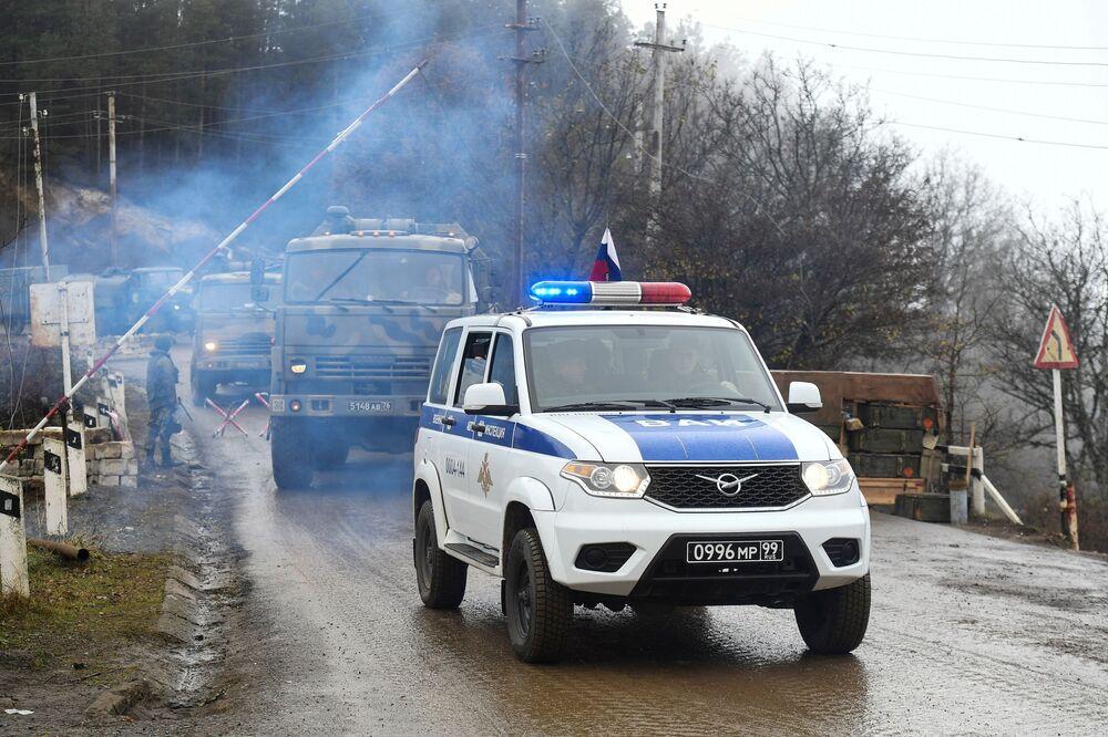 Dağlık Karabağ bölgesinde Rus barış gücü askerlerinin güvenlik kontrol noktalarının bulunduğu Laçin koridorundan bir kare