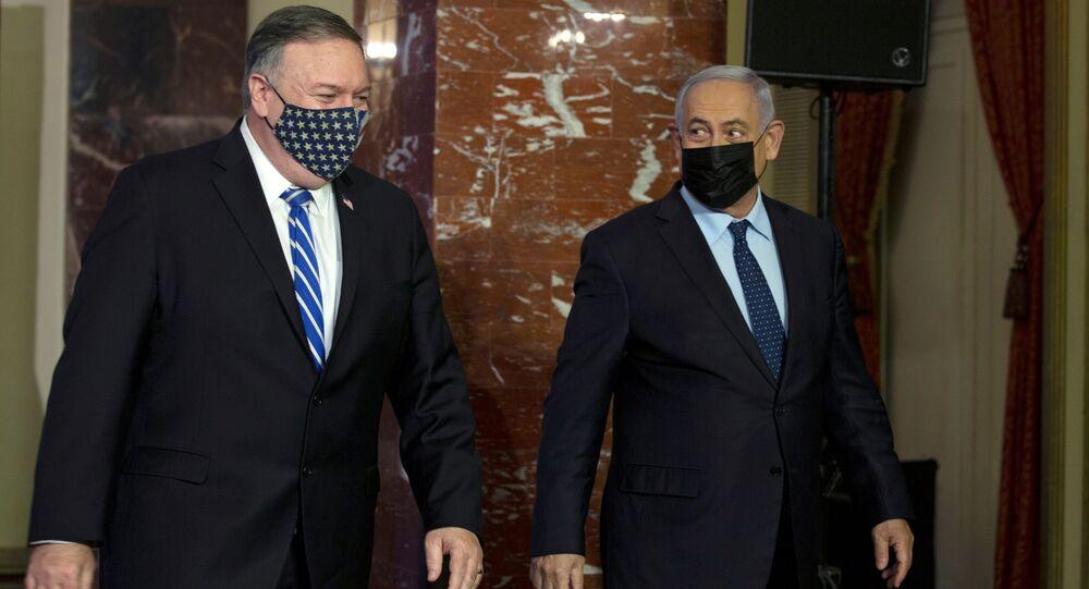 Mike Pompeo ile Benyamin Netanyahu ortak basın toplantısından çıkarken, 19 Kasım 2020, Kudüs, İsrail