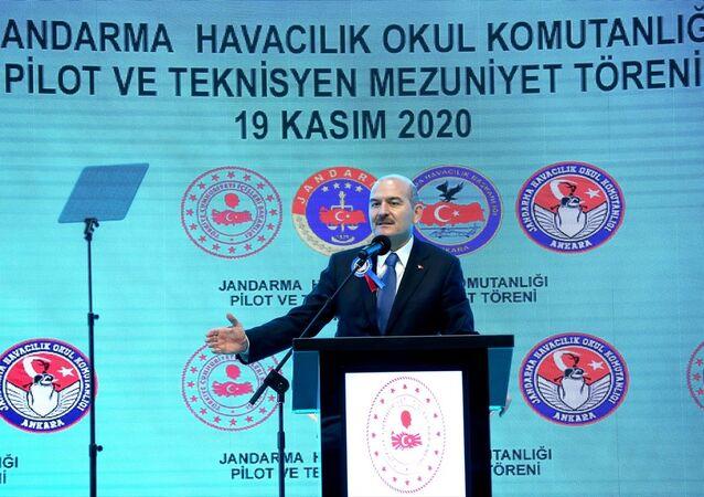 İçişleri Bakanı Süleyman Soylu (fotoğrafta), Jandarma Havacılık Okul Komutanlığınca pilot ve teknisyen temel kurslarında başarılı olan pilot ve teknisyenler için düzenlenen mezuniyet törenine katılarak konuşma yaptı.