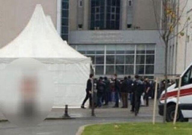 Bir kişinin hastane önünde oluşan Kovid-19 sırasını protesto etmek için soyunduğu iddiası