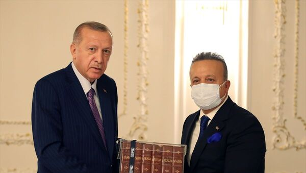 Cumhurbaşkanı Recep Tayyip Erdoğan, Türkiye İhracatçılar Meclisi heyetini kabul etti. Cumhurbaşkanı Erdoğan'a TİM Başkanı İsmail Gülle, hediye takdim etti. - Sputnik Türkiye