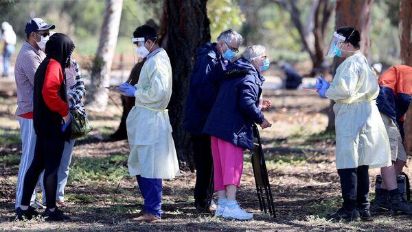 Güney Avustralya'da nisan ayından beri ilk kez onlarca Kovid-19 vakasının görülmesi üzerine test merkezleri önünde uzun kuyruklar oluştu. - Sputnik Türkiye