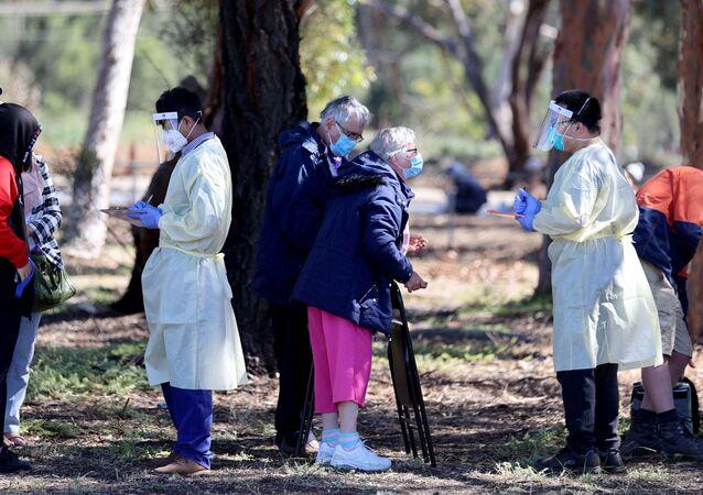 Güney Avustralya'da nisan ayından beri ilk kez onlarca Kovid-19 vakasının görülmesi üzerine test merkezleri önünde uzun kuyruklar oluştu.