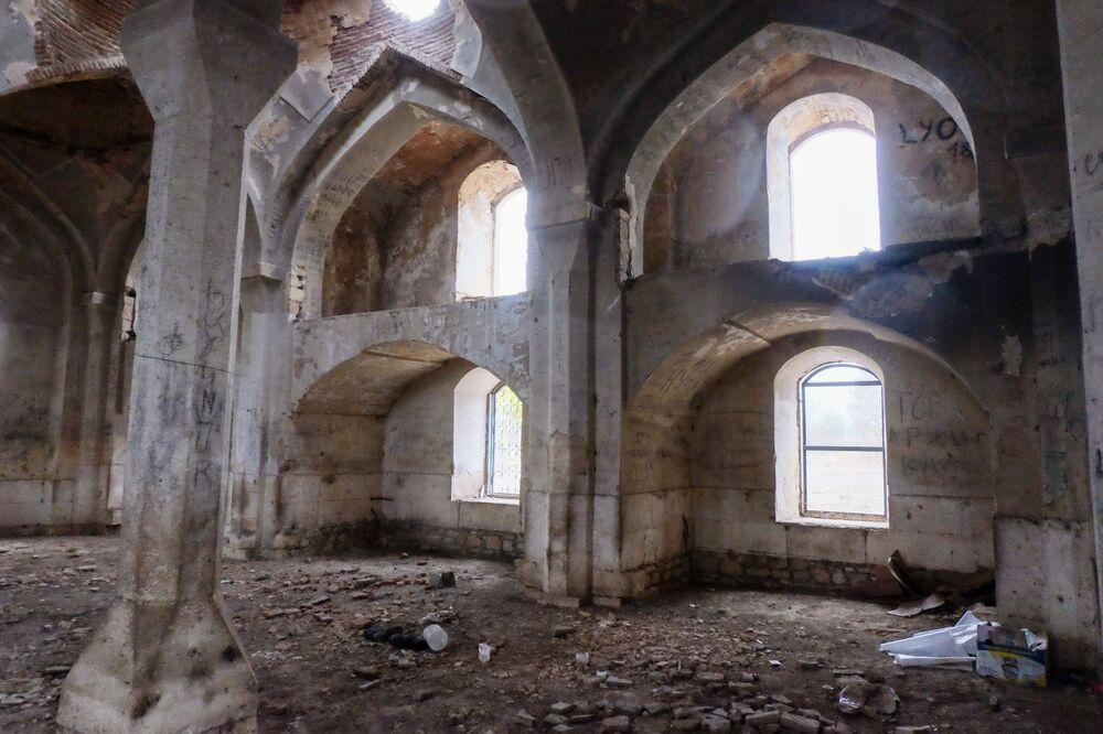 Ağdam şehrindeki yıkılmış Cuma Camisi'nin iç görünümü