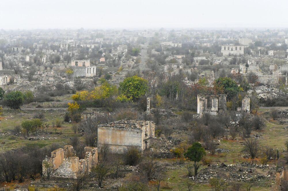 Azerbaycan Savunma Bakanlığı'nın açıklamasında, ordu birliklerinin Ağdam bölgesine girdiği bildirildi.  Fotoğrafta: 90'lı yılların başında çatışmalar sonucu neredeyse tamamen yıkılmış olan Ağdam şehrinin bugünkü manzarası