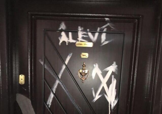 Bursa'da bazı vatandaşların evlerinin kapı ve duvarlarına 'X' işareti koyan şüpheli Bursa Emniyet Müdürlüğünün titiz çalışmasıyla yakalandı.
