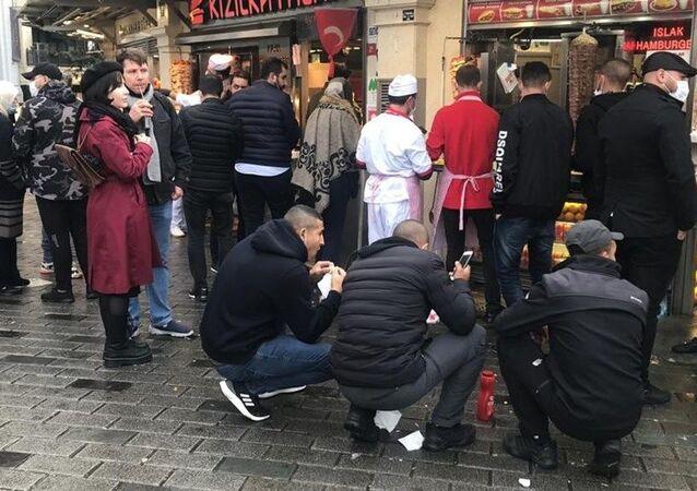 Yeni koronavirüs kısıtlamaları kapsamında restoranlar içeri müşteri alamıyor. Önlemlerle birlikte Taksim Meydanı'nda bazı kişilerin de dükkan önünde yere çökerek yemek yedikleri görüldü.