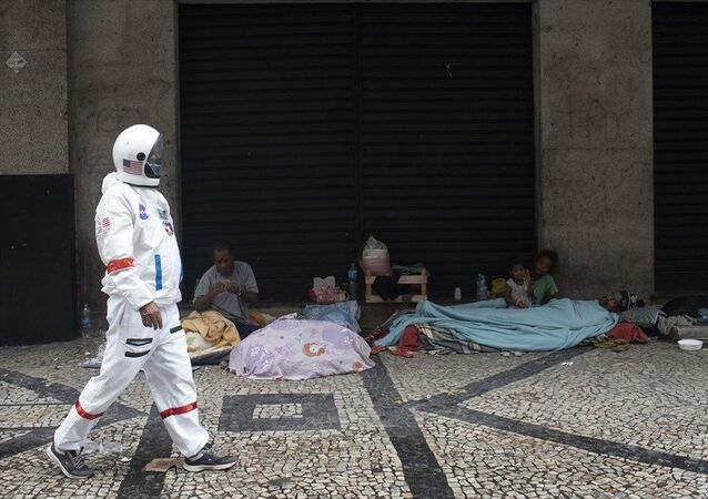 Brezilya'nın Rio de Janeiro kentinde Covid-19'dan korunmak için astronot kıyafetleri giyen bir kişi dikkat çekti.