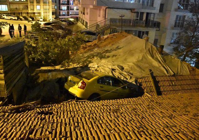 Taksi evin çatısına devrildi