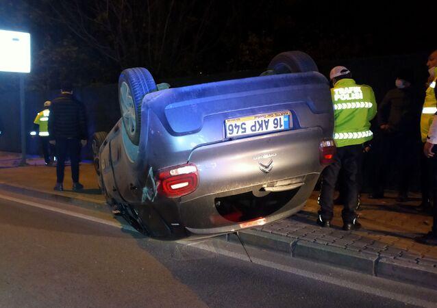 Bursa'da sokağa çıkma kısıtlamasının ilk dakikalarında, paket servise çıkan otomobil, başka bir otomobile çarpıp takla attı. Kazada 3 kişi yaralandı.