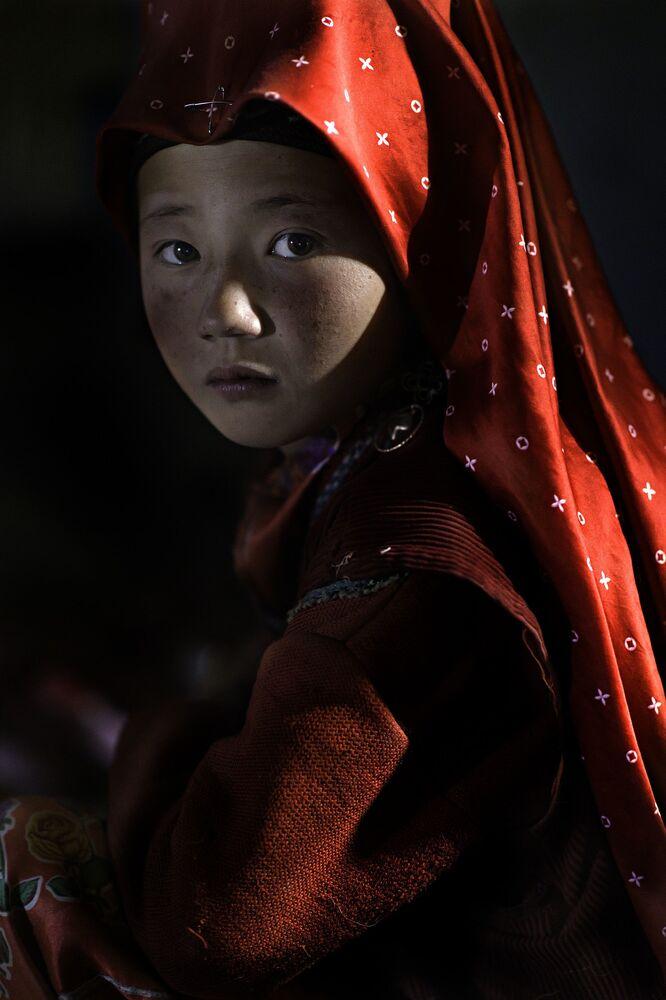 2020 ND Fotoğraf Yarışması'nın  Acemiler kategorisinde Yılın İnsan Keşfi Ödülünü alan İtalyan fotoğrafçı Nicola Ducati'nin Benim Kırmızı Pamir isimli fotoğraf serisi, Afganistan'da Pamir Kırgızları'nın yaşadıkları Pamir Dağları'ında çekildi