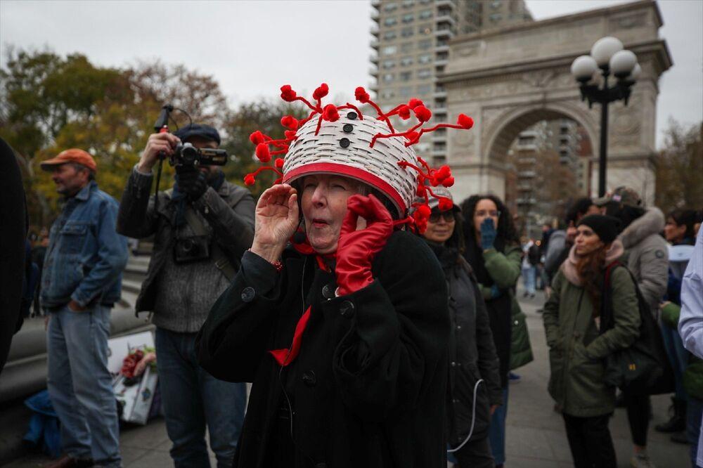 Washington Square Park'ta toplanan bir grup gösterici, Kovid-19 salgını önlemlerini ve karantinayı protesto etti.