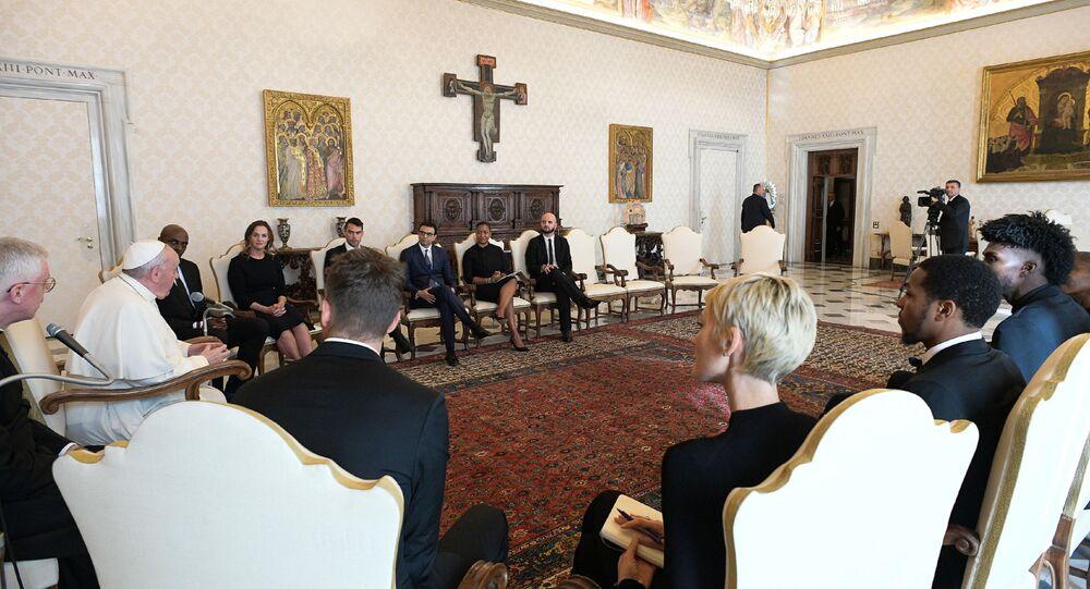 Papa Francis Vatikan'da NBA heyetini ağırlarken