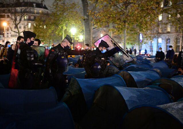 Paris'in Cumhuriyet Meydanı'nda gönüllülerinkurduğu 500 mavi çadırı Afganların derhaldoldurmasının ardından, Fransız polis ve jandarması içinde insanlar varken çadırları yıktı.