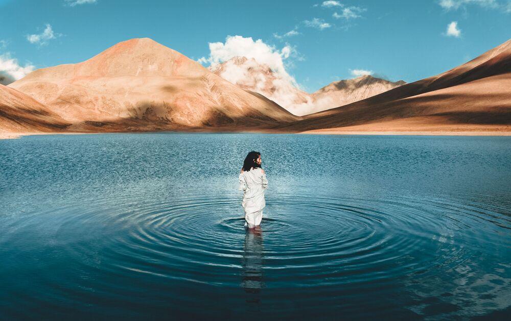 Agora tarafından düzenlenen 2020 Yılının En İyi Fotoğrafları Yarışması'nın finalistlerinden Gürcü fotoğrafçı Nika Pailodze'nin fotoğrafı, Gürcistan'da yer alan Kelitsadi isimli volkanik gölde çekildi