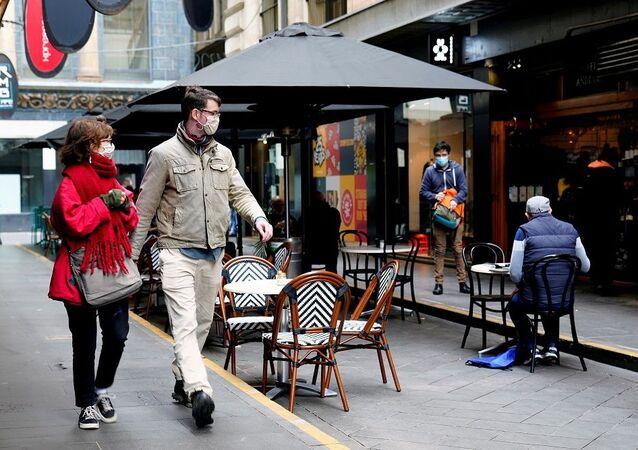 Avustralya, Melbourne, maskeli yürüyen insanlar, kafe