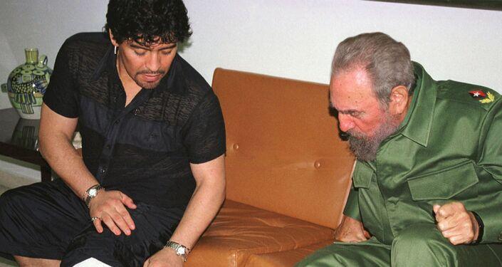 Maradona Küba lideri Fidel Castro ile görüşürken, 2001