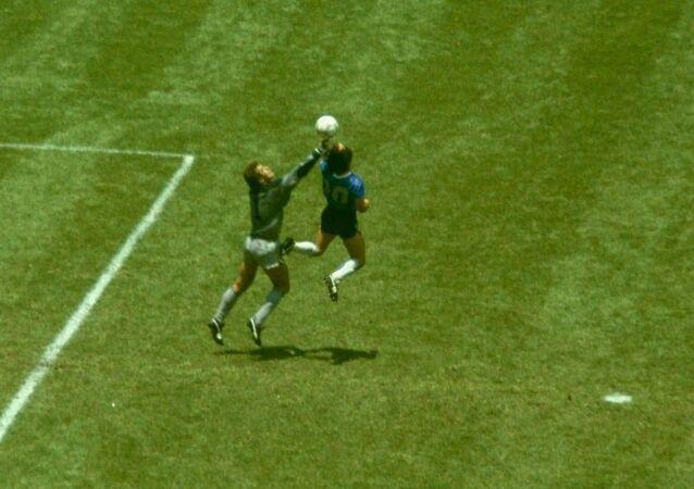 1986 FIFA Dünya Kupası, 2-1 biten Arjantin-İngiltere çeyrek finali, Diego Maradona ile Peter Shilton, Tanrı'nın Eli