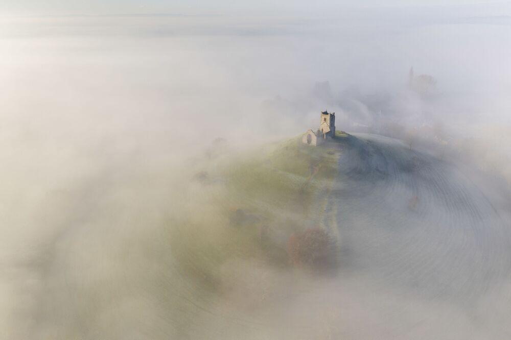 2020 Tarihi Mekanlar Fotoğrafçılık Yarışması'nın Tarihi İngiltere kategorisinde birincilik ödülünü kazanan fotoğrafçı Adam Burton'un çektiği Somerset'teki Aziz Mihail Kilisesi'nin kuşbakışı görüntüsü